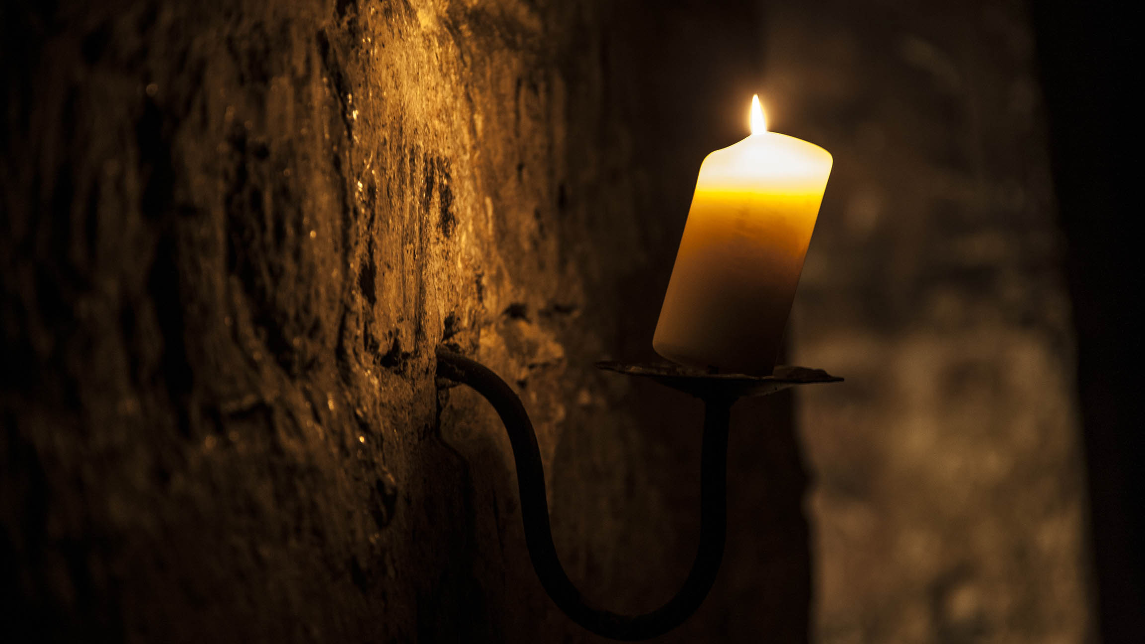 candle on the wall of our edinburgh tours in the vaults